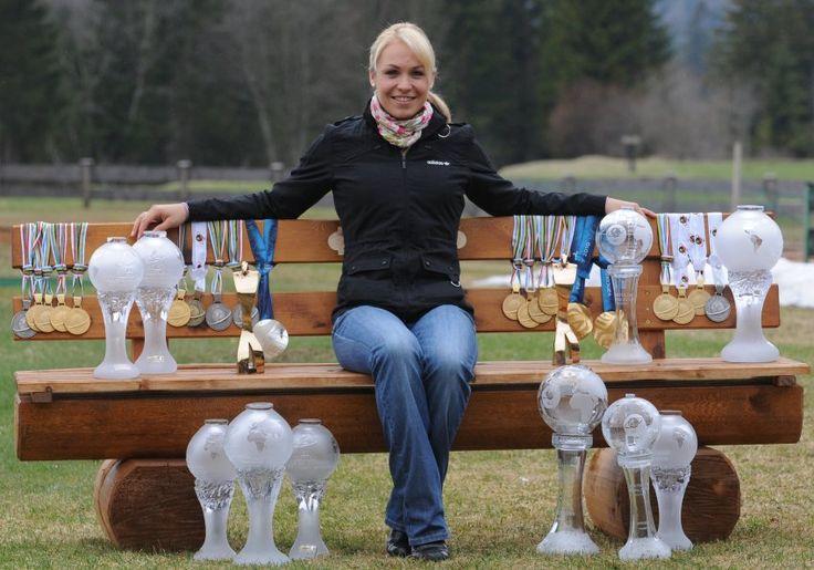 Das war einmal: Im April dieses Jahres posierte Magdalena Neuner mit ihren Medaillen und Pokalen. Sie gilt im deutschen Biathlon als Ausnahmetalent.