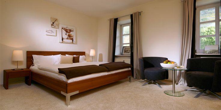 Geschmackvoll eingerichtete, große Zimmer und hervorragende Sterneküche: http://www.wein-tafelhaus.de/