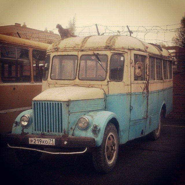Эх, сколько часов в них было проведено ребёнком, школьником, студентом… А в некоторых городах такие автобусы работают и до сих пор. Давайте немного вспомним славное прошлое.