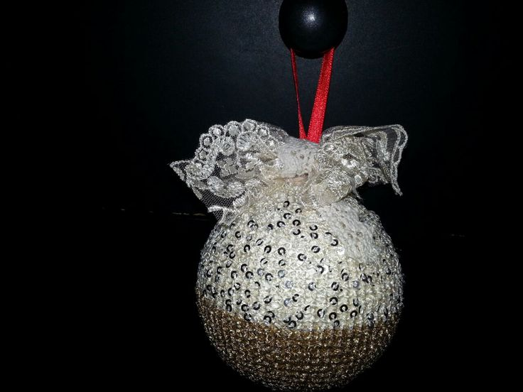 pallina natalizia realizzata uncinetto varie decorazioni e tessuti