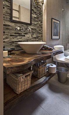 salle de bains de style rustique moderne aménagée avec un plan vasque ne bois massif brut