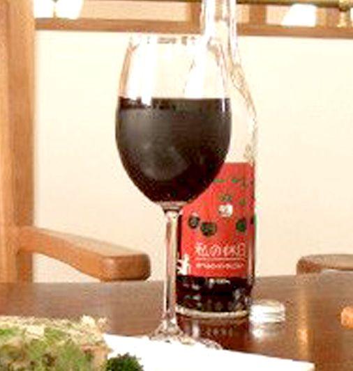 【私の休日(赤)カベルネ・ソーヴィニヨン】イタリア産ワイン専用ぶどう「カベルネ・ソーヴィニヨン」で作ったスパークリング果実飲料。 赤ワインの香りと、ほんのり渋みの効いた大人の味わいが特長です。商品ページ→  http://tombo.shops.net/item?itemid=21941