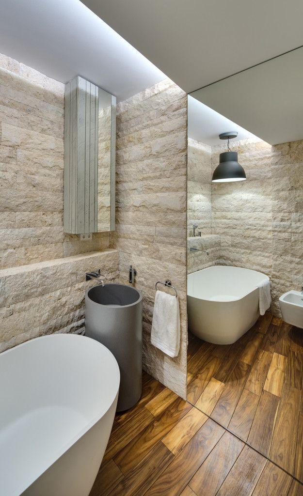 bad modern gestalten mit licht und großen spiegeln_kleines bad ideen mit holzfußboden und indirekter beleuchtung durch oberlichter
