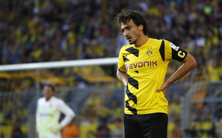 Mats Hummels attempts to calm frantic Borussia Dortmund fans following Augsburg loss. http://www.squawka.com/news/borussia-dortmunds-mats-hummels-calms-fans-after-loss-to-augsburg/293500 #bvb #football #soccer #ucl
