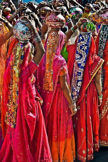 Rajasthani women on parade during the Pushkar Camel Fair in the state of Rajasthan, India.  #NomadsSecrets