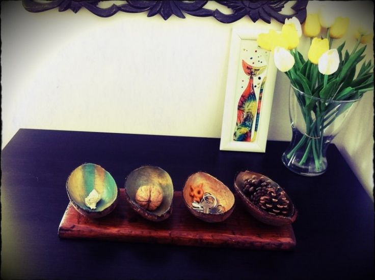 DIY – Coconut shell bowls to store your keys or jewelry on wooden base