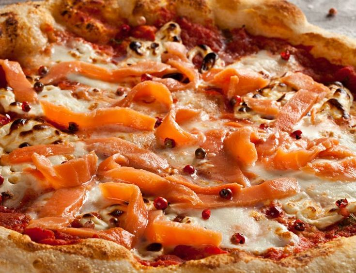 The #pizza is always the pizza and this time, smells of the northern seas! Delicious! #Pizza with #salmon and #mozzarella