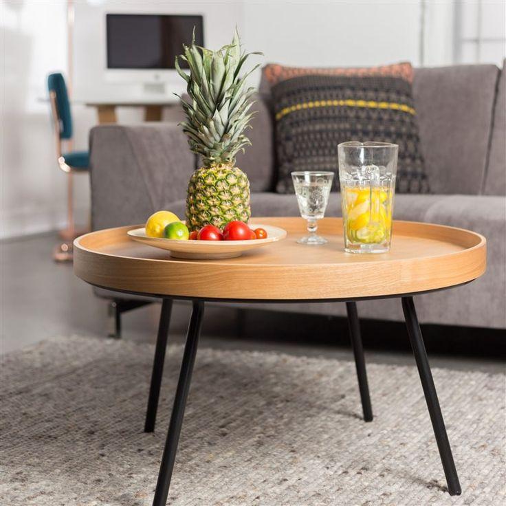 De Zuiver Oak Tray tafel is helemaal retro! Dit tafeltje van Zuiver heeft een mooie uitstraling. Het donkeren eikenhout combineert mooi met de zwart metalen poten. Het tafelblad heeft door de hoge rand iets weg van een dienblad.