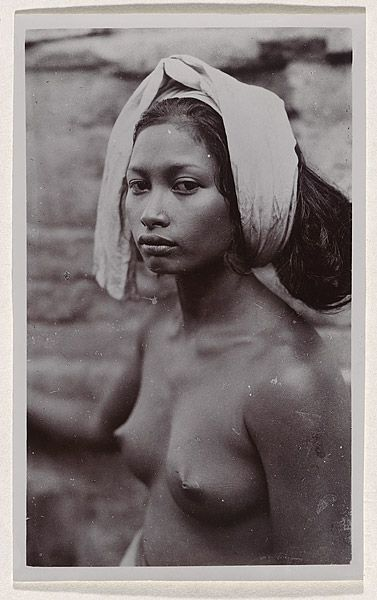 André ROOSEVELT, not titled [portrait of Balinese girl with white headcloth]