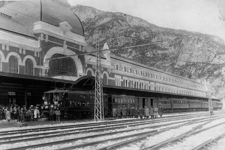 Le Transpyrénéen en gare de Canfranc, années 30