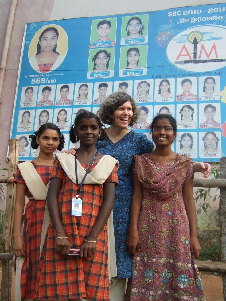 En 2012, Christine Durocher, présidente du conseil d'administration de l'AIPE, visite un des partenaires locaux en Inde, la Resource Educational Society.  Elle prend la pose avec des jeunes filles bénéficiant des programmes d'éducation soutenus par l'AIPE et son partenaire local.