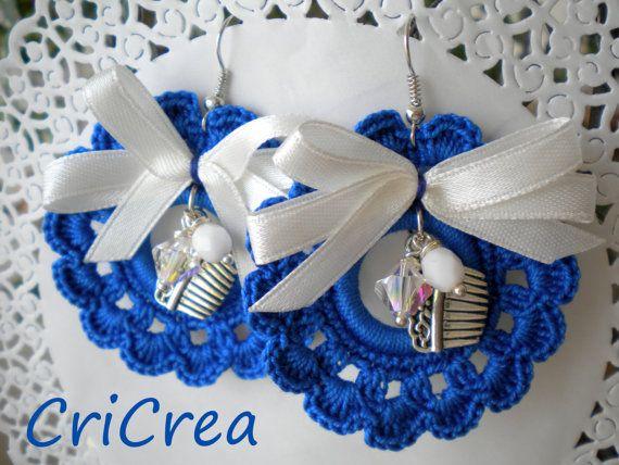 Orecchini fatti all'uncinetto, decorati con mezzo cristallo, swarovski, nastrino in raso charms color argento!!!