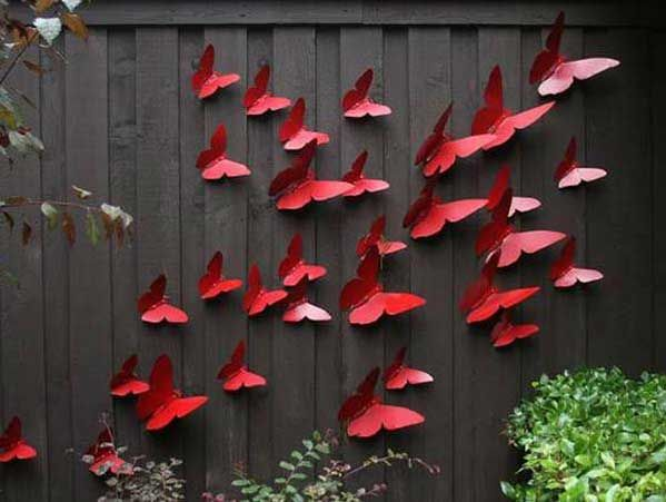 Red butterflies on the fence, probably best if made from metal. decorar-valla-jardin-4