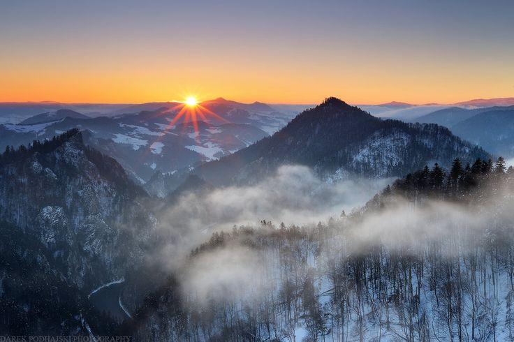 Freezing Air by MindShelves   #PolskaMalowana #fotografia #photography #zima #winter #mountains #góry #mgła #mist #sunset #sunrise #złońce #zachód #wschód #las #forest