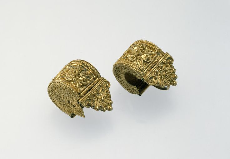 Earring of 'a bauletto' type in gold, with applied granulation and filigree decoration: Ancient Mediterranean, Italian, Etruscan, late 6th century BC, c. 520 - 500 BC