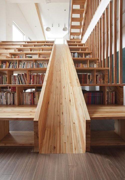 Tohle schodiště má téměř všechno, co člověk potřebuje - schody, knihovnu i skluzavku!