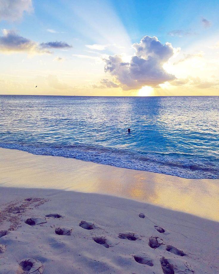 """The future belongs to those who believe in the beauty of their dreams."" - Eleanor Roosevelt  #stmaarten #stmartin #sintmaarten #beach #ranta #rantaloma #loma #vacation #caribbean #karibia #travel #matkalla #reissu #sunset #auringonlasku #mahobeach #quotes #inspirational (via Instagram)"