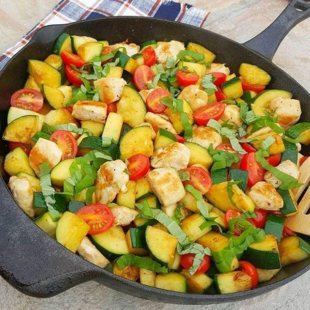Garlic Margherita Chicken & Zucchini. Another great dinner idea. {image via @cleanfoodcrush}