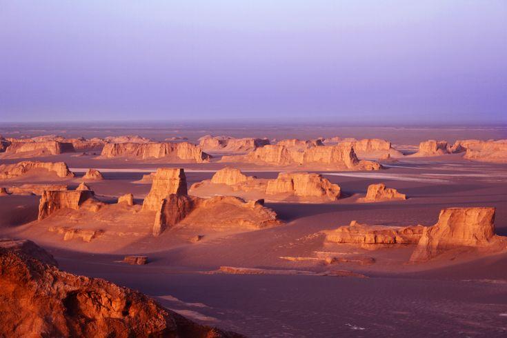Kaluts situa-se no deserto perto de Kerman, de seu nome Dasht-e Lut, que se estende por uma área de comprimento 145 km e largura 80 km.