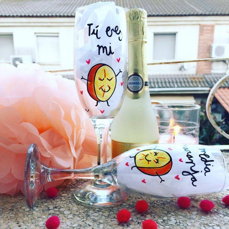 CUBO con copas de champagne (cava) personalizadas + MosTARRITO relleno de chucherías + Minivela con AROMA A FRESAS CON CHAMPAGNE + Minibotella de cava. Regalo para novios. Regalo personalizado para novios. Regalo de aniversario. SHOP ONLINE: WWW.MOS-TAZA.COM
