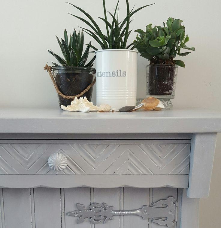 Oudbruin kastje gerestyles met grijze verf en witte wax en gestyled met cactus en schelpen