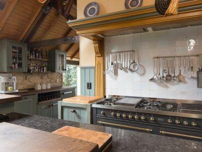 Schitterende, uniek uitgebouwde, rietgedekte woonboerderij met royaal welnesscentre, voorzien van verwarmd binnenzwembad, stoomcabine en sauna, dubbele garage en kantoor annex gastenverblijf.   Beide