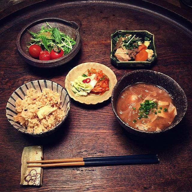 Instagram media by ziprockers - いただきまーす。今日はほとんど嫁さん任せです。幕末くらいの織部の小鉢に筑前煮、湯葉と玉ねぎのお味噌汁、水菜のサラダ、炊き込みごはん、お漬物です。  #おうちごはん #骨董 #和食器 #和食 #料理 #うちごはん #foodpic #foodporn #instafood #うつわ #暮らし #自炊  #antique #おうちごはん #骨董 #ceramics  #ランチ #昼食 #筑前煮 #お味噌汁 #織部焼 #サラダ #炊き込みごはん