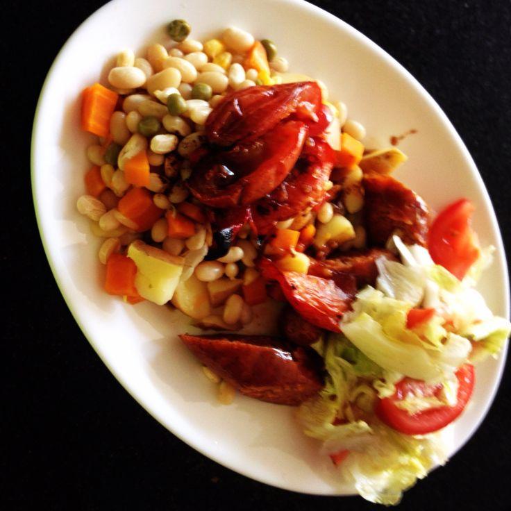 Porotos rústicos con longaniza picante acompañada de ensalada mixta :)