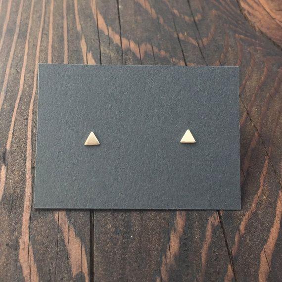 Triángulo pequeño Stud pendientes oro. Plata por MaderaLane en Etsy