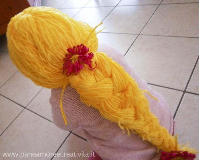 La parrucca è un accessorio per Carnevale irrinunciabile per le bambine. Crearla in casa non è difficile,perchécon lana e un'oretta di tempo a disposizione si può fare. La parrucca può essere intrecciata e usata per il costume da Raperonzolo, ma si può anche lasciare sciolta per fare ad esempio la Sirena, le personalizzazioni sono molte! ...