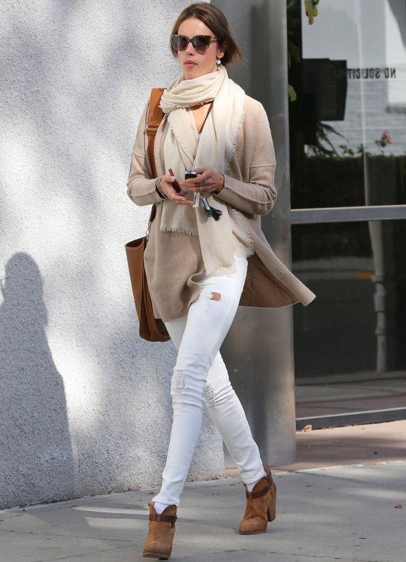 Alessandra Ambrosio vuelve a demostrarnos una vez más que a veces el look de calle más sencillo es el más acertado. En blanco y camel con jeans rotos, chaqueta de punto, fular y botines.