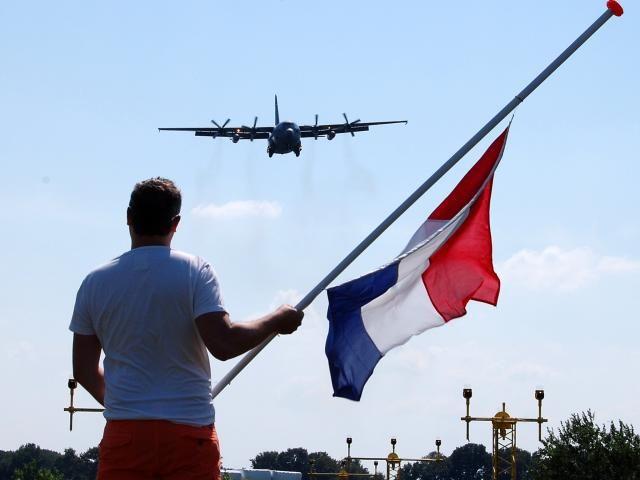 first victims MH17 arriving in the Netherlands, dat is/was vreselijk, zal ooit de onderste steen boven komen?...................lbxxx.