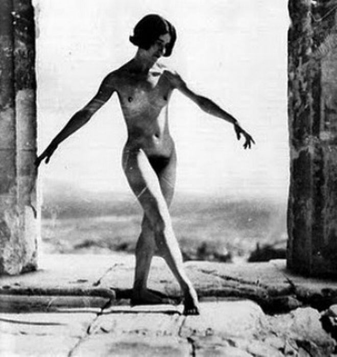 Το 1928, η Ελληνίδα φωτογράφος Έλλη Σουγιουλτζόγλου- Σεραϊδάρη, γνωστή με το ψευδώνυμο Νέλλυ, φωτογράφισε γυμνή στην Ακρόπολη τη χορεύτρια της Κομεντί Φρανσέζ, Μόνα Πάιβα. Όπως ανέφερε η ίδια η φωτογράφος, το γυμνό δεν ήταν προγραμματισμένο και προέκυψε τυχαία. Όταν η Νέλλυ πληροφορήθηκε, ότι η διάσημη χορεύτρια βρισκόταν στην Αθήνα για παραστάσεις, θέλησε να της κάνει μια καλλιτεχνική φωτογράφιση, με φόντο τον Παρθενώνα. Για τον λόγο αυτό, ζήτησε και πήρε άδεια από τον διευθυντή της…