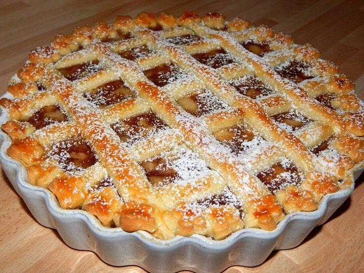 """Rácsos almás pite recept - 300 g búzaliszt (BL55) 200 g vaj 100 g porcukor 1 db tojás (közepes, """"M""""-es méretű) A töltelékhez 1 kg alma 60 g cukor - nád 1 teáskanál fahéj (őrölt) 1 evőkanál étkezési keményítő A tetejére 1 db tojás (közepes, """"M""""-es méretű)"""