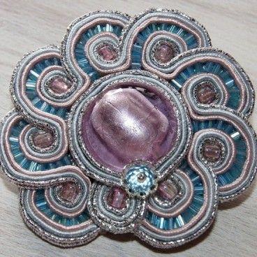 Broszka vintage flower Brosza wykonana jest w technice haftu soutache, rewers broszy w całości podszyty skórką w kolorze ecru. Zapięcie broszkowe z zabezpieczeniem w kolorze polerowanego srebra.   www.KuferArt.pl