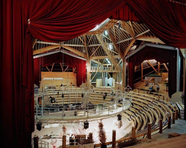"""Académie nationale contemporaine des Arts du cirque Annie Fratellini de Saint-Denis. Architecte: Patrick Bouchain. Photographe: Cyrille Weiner, série """"Oui avec plaisir"""""""