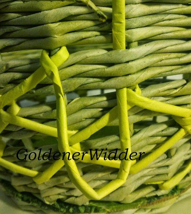 """Плетение из газетных трубочек: Декорирование с помощью трубочки другого цвета. Одновременное плетение тремя парами техникой """"верёвочка"""", использование упаковочной ленты. Круглая форма. Корзина."""