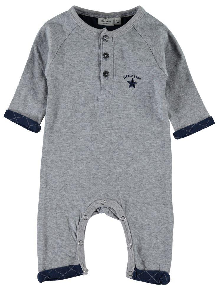 Bodysuit - kruippakje NITJAKE van het merk Name-it Dit is een licht grijs kleurig kruippakje zonder voeten. Effen pakje met op de borst een blauwe ster met de tekst :Little star Voorzien van een een drukknoop sluiting op de schouder en tussen de benen.