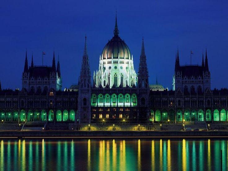 ブダペストのドナウ河岸に面するネオ・ゴシック建築様式のハンガリー共和国国会議事堂