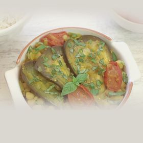 Баклажаны в соусе карри с помидорами и базиликом