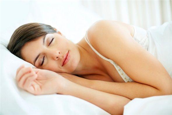 Başınızı yüksekte tutacak ve horlamayı önleyecek bir horlama yastığı kullanın. Horlama yastığı kullanmanız horlamayı engelleyebilir.