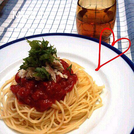 残り物の塩焼き鯖があったので、トマトソースとコラボして洋風に変身したら…なんとなんとこれが美味しかった~! シソもいい仕事をしてくれて、コレイイ☆ - 36件のもぐもぐ - トマトと鯖のスパゲッティ♪ by KR0330