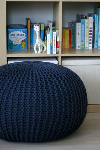 Knitted pouf with advices