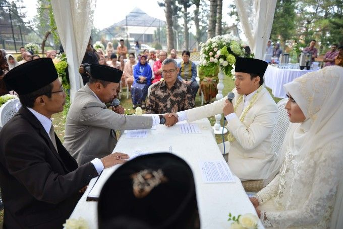 Sweet Outdoor Wedding With Neutral Colors In Bogor - 012