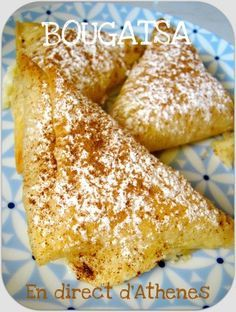 Ατομικές μπουγάτσες Il y a 2 types de bougatsa, au fromage (feta) et à la crème vanillée. C'est la version sucrée recouverte de sucre et de canelle qui nous intéresse aujourd'hui et j'ai préféré en faire des petits triangles individuels mais on la rencontre...