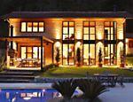 Com ar de galpão, devido aos tijolos maciços e às esquadrias metálicas que revestem a fachada, essa casa localizada em Petrópolis, região serrana do Rio, tem 480 m².