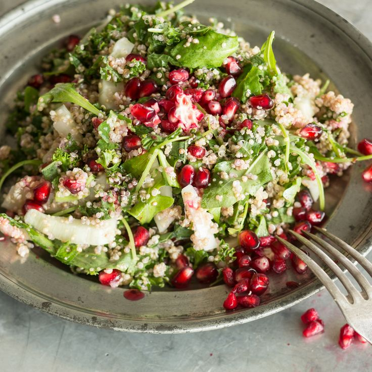 Dreierlei Getreide machen diese knackige Köstlichkeit zu einem vitamingeladenen Sattmachersalat. Drumherum: Fenchel, Rucola und Baby-Spinat.