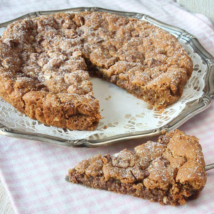 En gigantisk cookie som är lite seg i kanterna och mjukare inuti. Den är fylld med härlig mjölkchoklad & sötmandel – en stor favorit!
