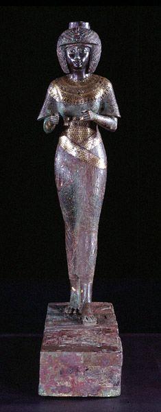 """La """"divine adoratrice d'Amon"""" Karomama  vers 850 avant J.-C. (milieu 22e dynastie)  bronze incrusté d'or, d'argent, d'électrum H. : 59 cm."""