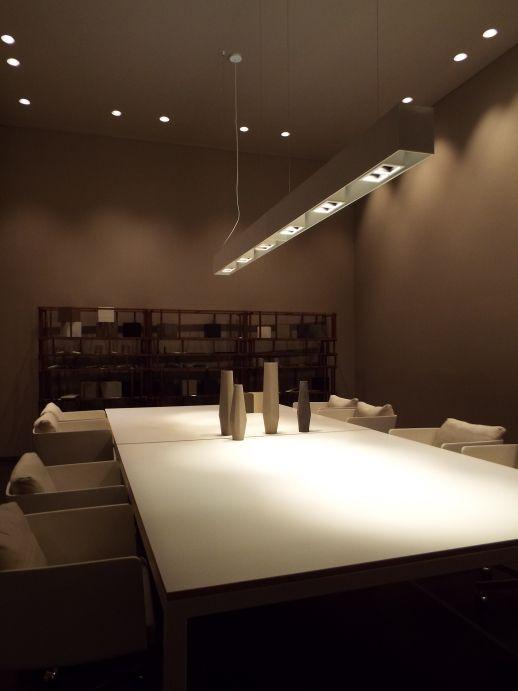 Tavolo con piano rivestito in #resina. www.stanzedautore.it